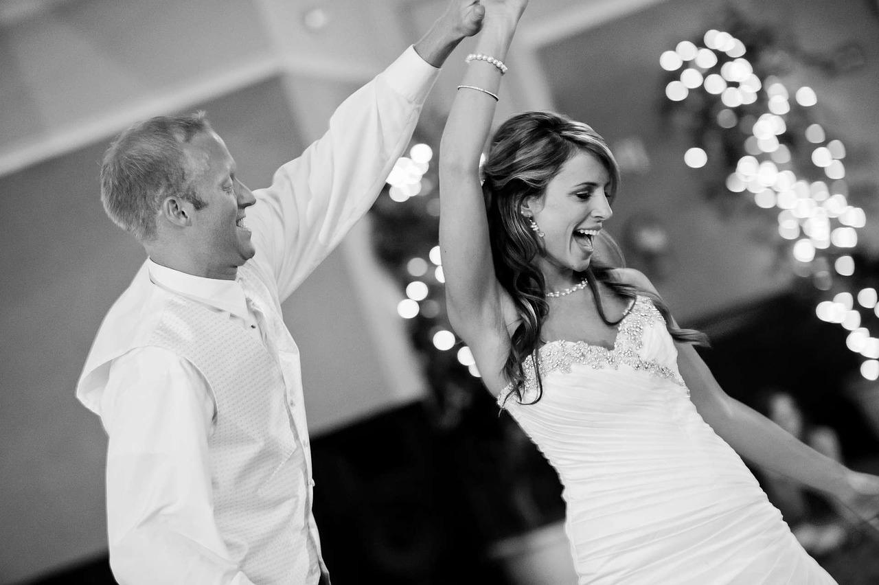 мужчина танцует с невестой на свадьбе