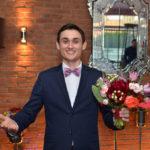 нарядный мужчина с цветами