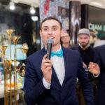 ведущий свадьбы с микрофоном