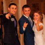 молодожёны и ведущий свадьбы
