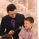 ребёнок говорит в микрофон