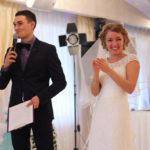 невеста улыбается