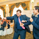 жених танцует