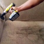 Как быстро и без хлопот почистить мягкую мебель дома?