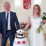 Робот помогал на церемонии бракосочетания в Краснознаменском ЗАГСе