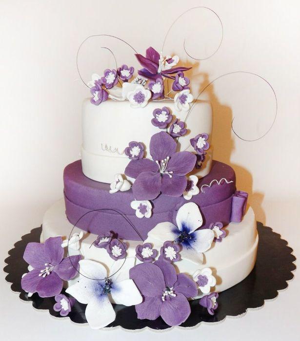 Фото трёхярусных тортов с цветами